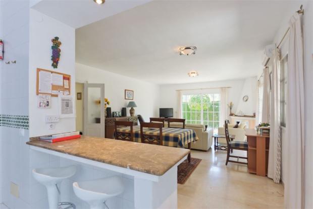 Breakfast area+dining+living area