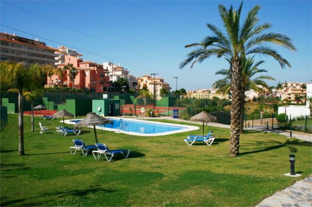 Communal pool and tennis courts