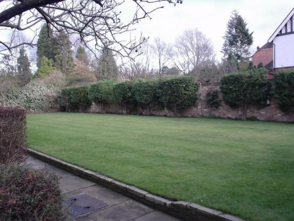 Large communal gdn with space to bbq, sit out, par