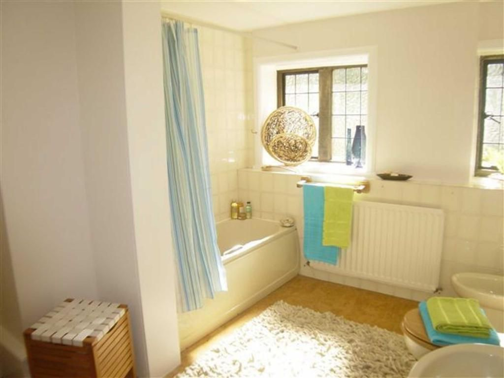 4 bedroom semi detached house to rent in greenhead avenue for Show home bathrooms