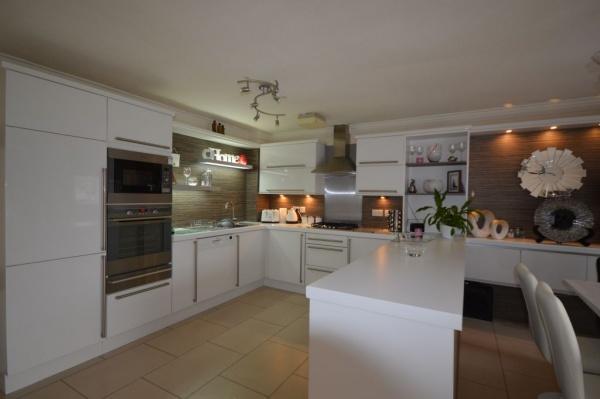 819_Kitchen 1.jpg
