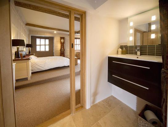 bedroom en suite.jpg