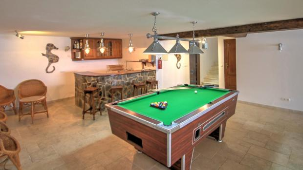 Basement bar/ games room