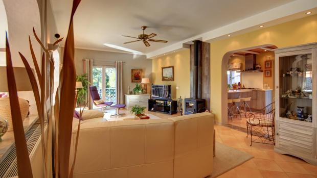 lounge & kitchen entrance