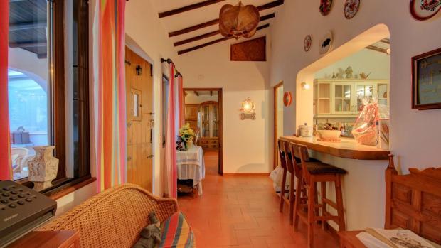Entrance/ breakfast bar to kitchen