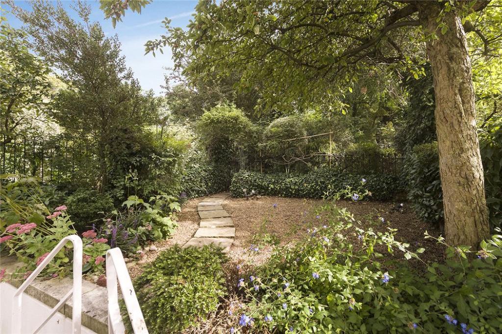 Private Garden, W11