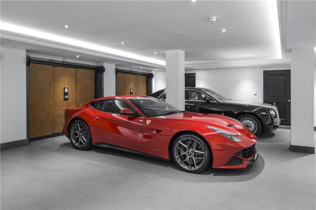 Windlesham: Garage