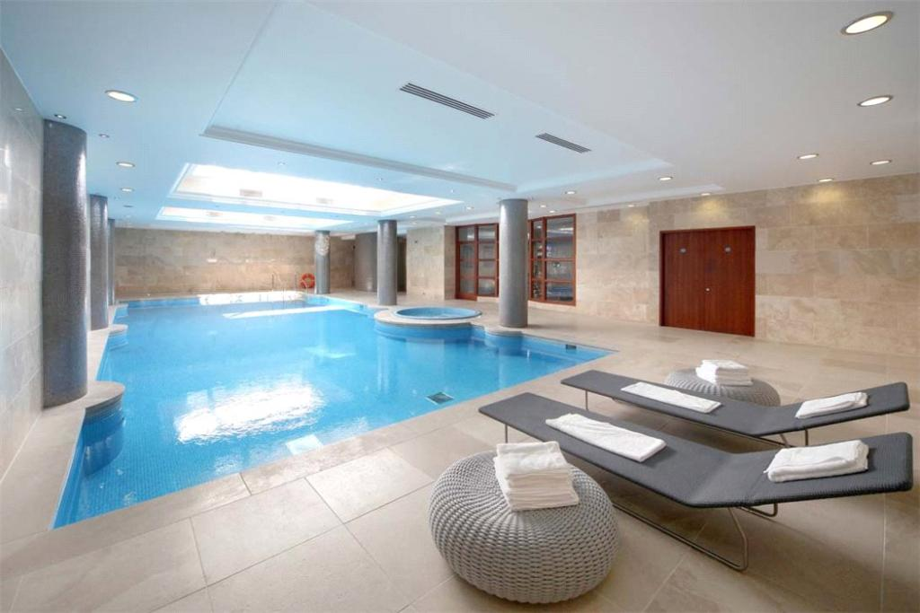 Sunningdale: Pool