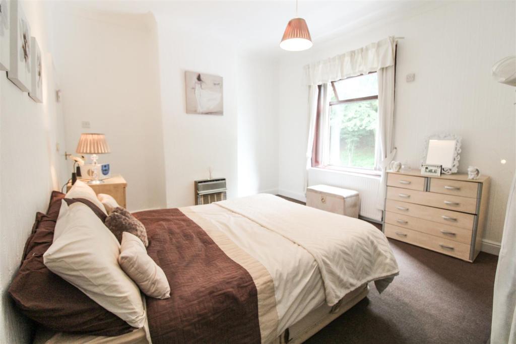 bedroom1.jpg