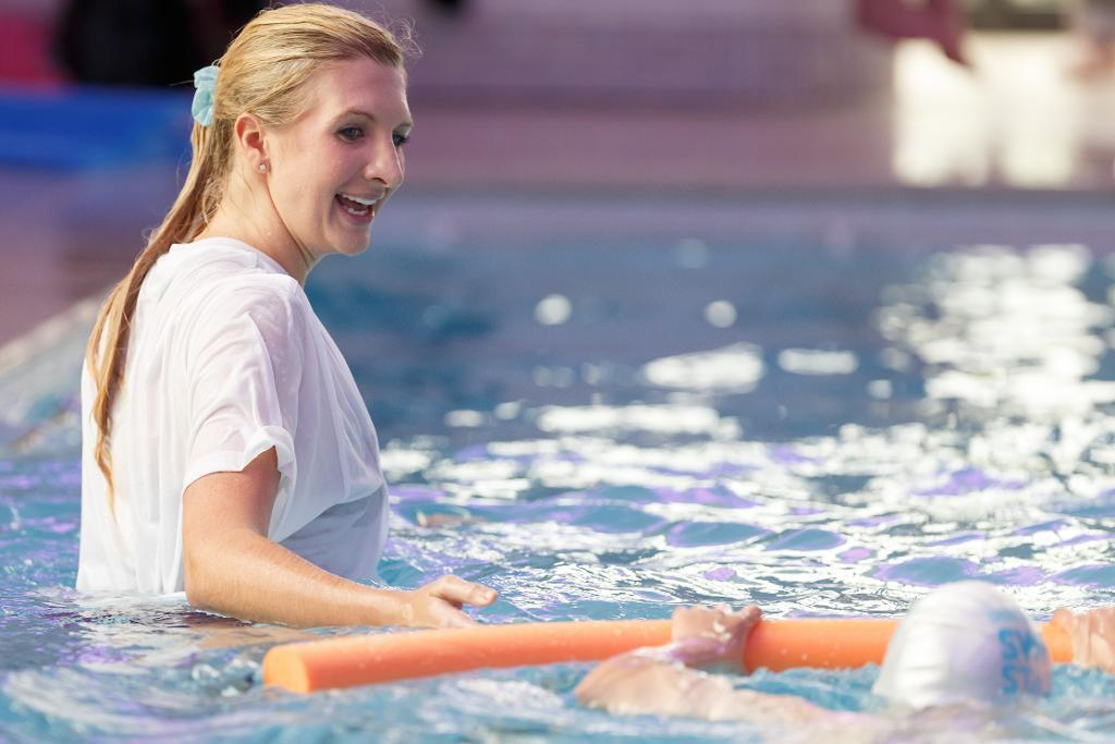 Rebecca Adlington Gives Swimming Lessons