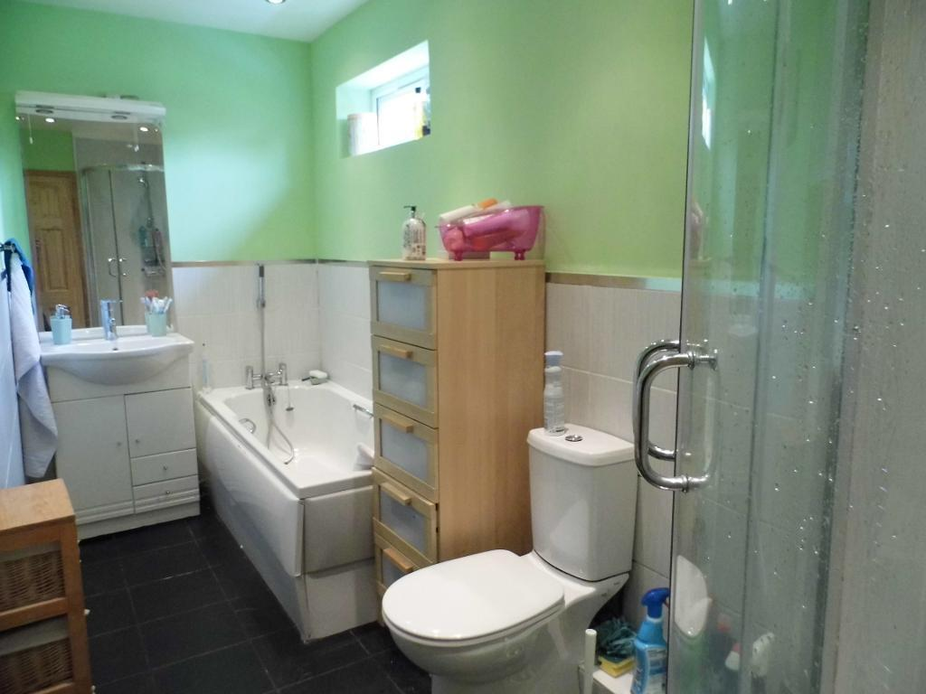 3 bedroom semi detached house for sale in st saviours road for Bathroom design kettering