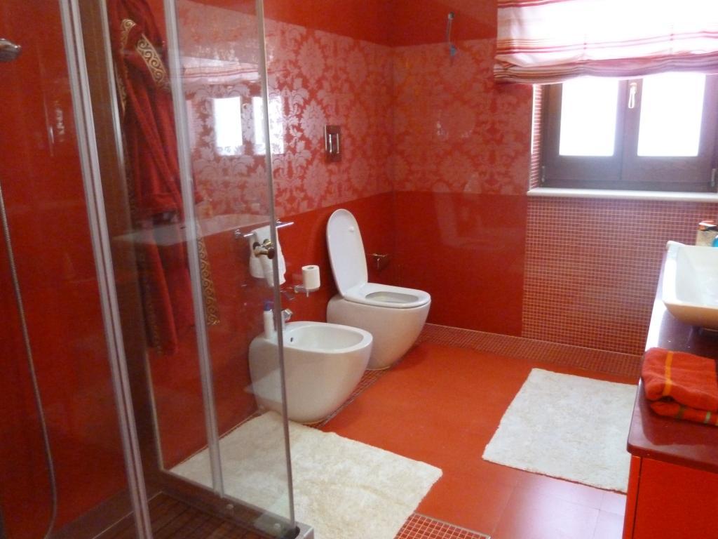 Red white bathroom design ideas photos inspiration for Pink brown bathroom ideas
