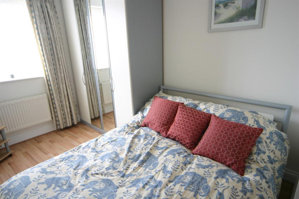Elizabeth Court bed