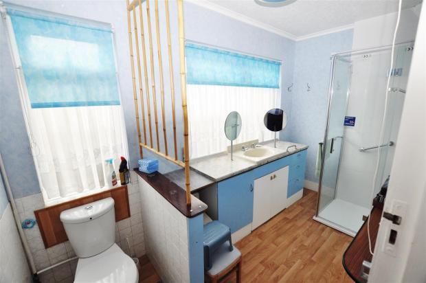 WC & SHOWER ROOM: