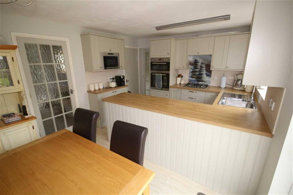 Kitchen/Dining Room: