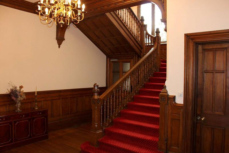 Com Stairs/Hall