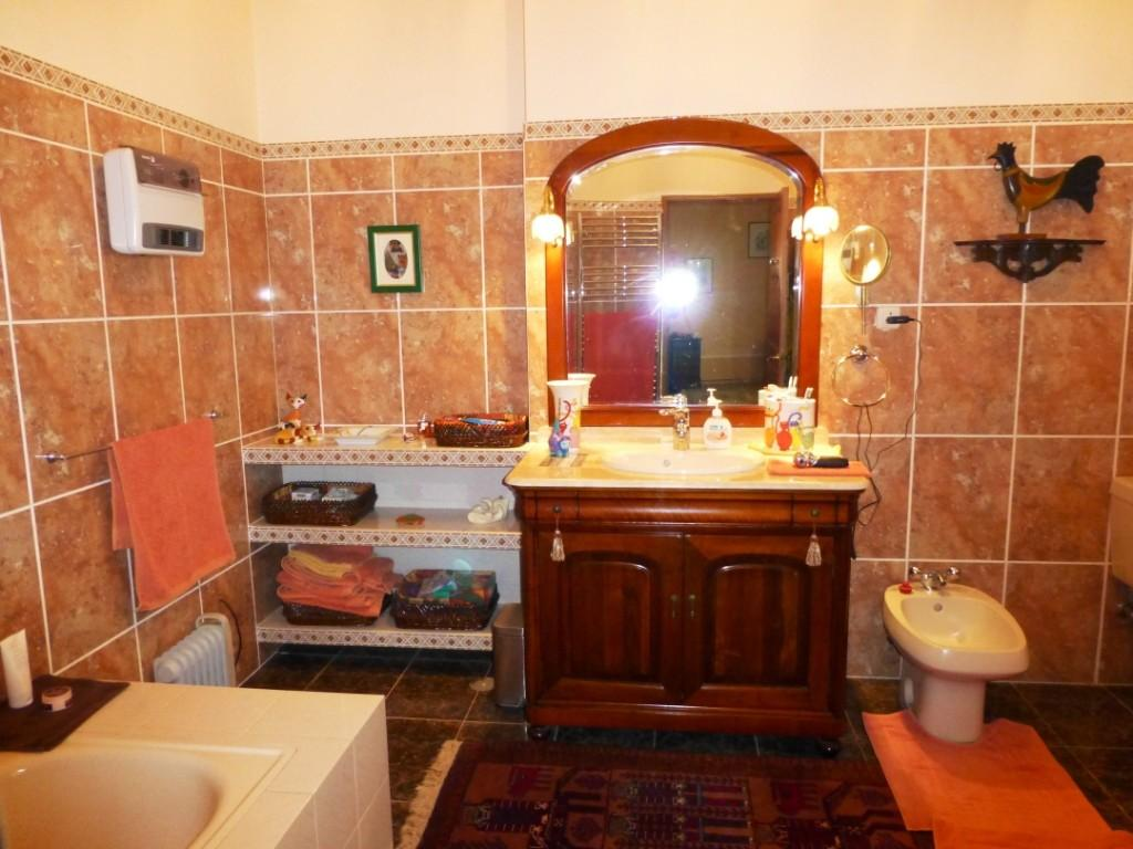 Orange and brown bathroom ideas luxury for Brown bathroom ideas