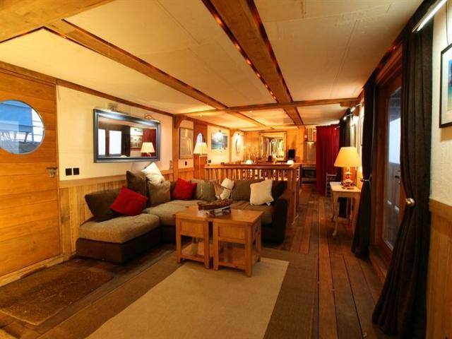 2 bedroom house boat to rent in medway bridge marina. Black Bedroom Furniture Sets. Home Design Ideas