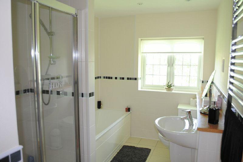 Cream white family bathroom design ideas photos for Bathroom ideas rightmove