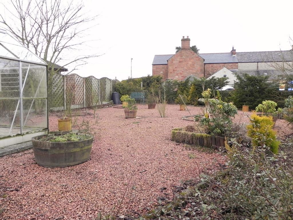 Sdie Garden (Property Image)