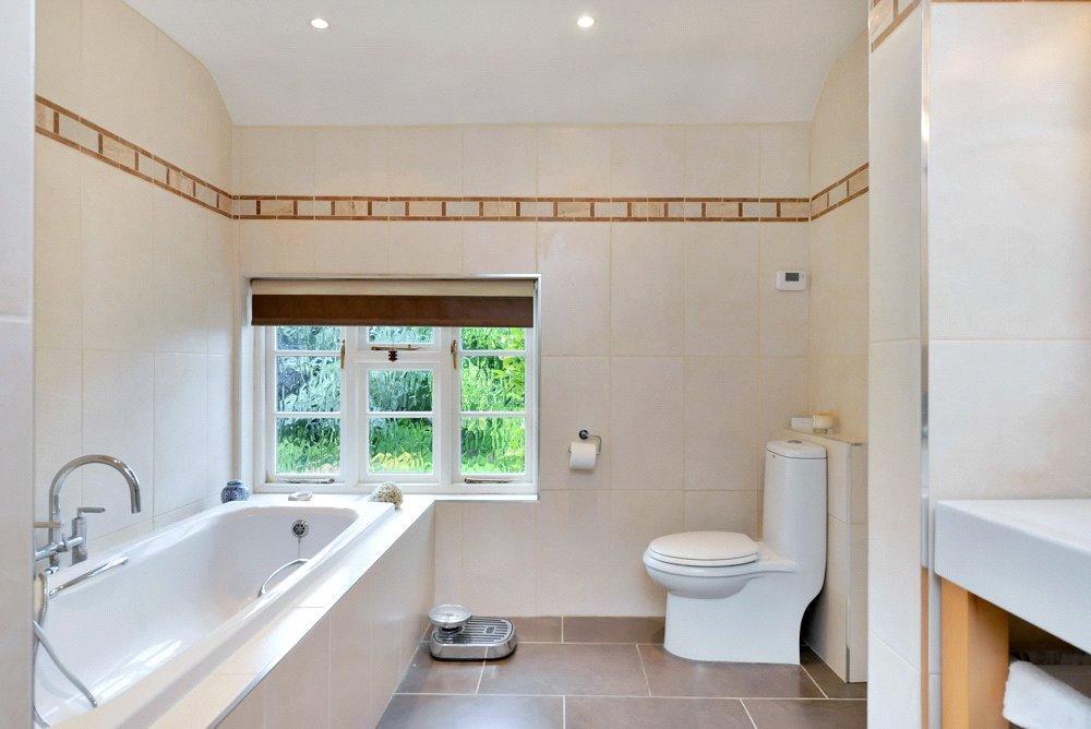En suite shower/bath