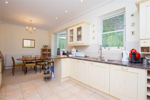KITCHEN/DINING ROOM:-