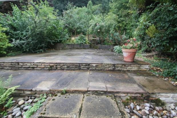Landscape Gardening High Wycombe : Bedroom semi detached house for sale in dean garden rise