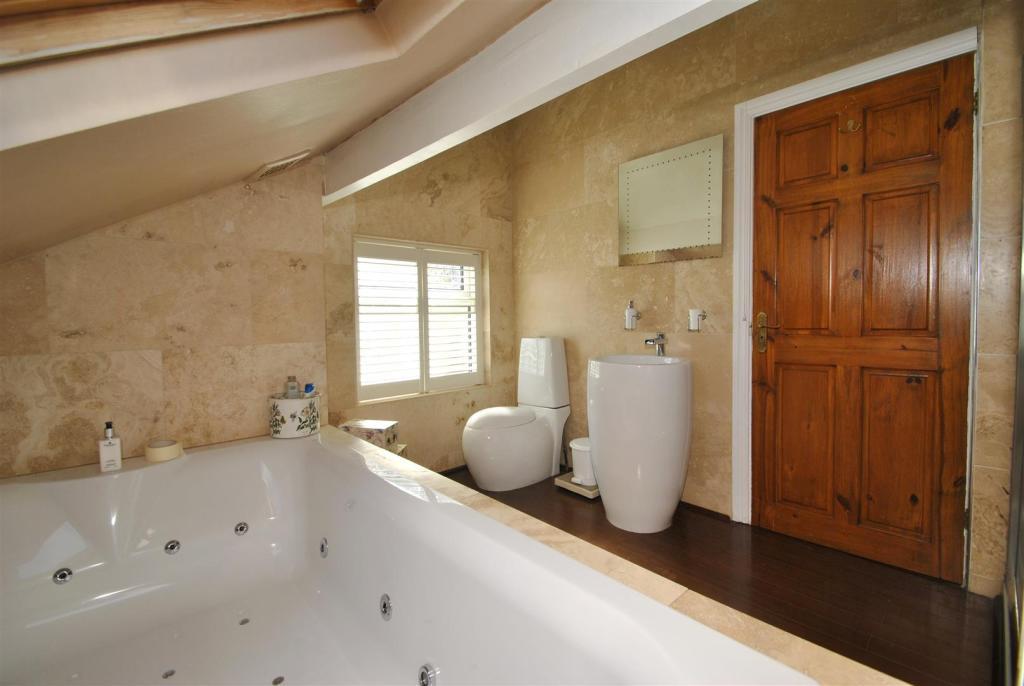 En suite bath 1.JPG