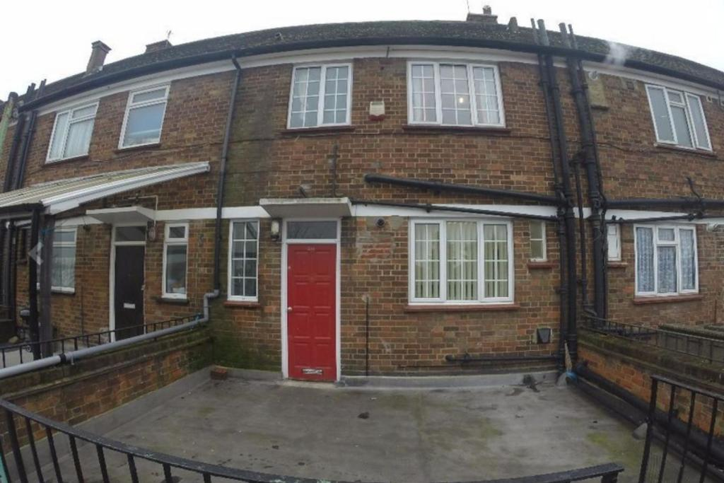 bedroom flat to rent in kingshill avenue hayes ub4 ub4