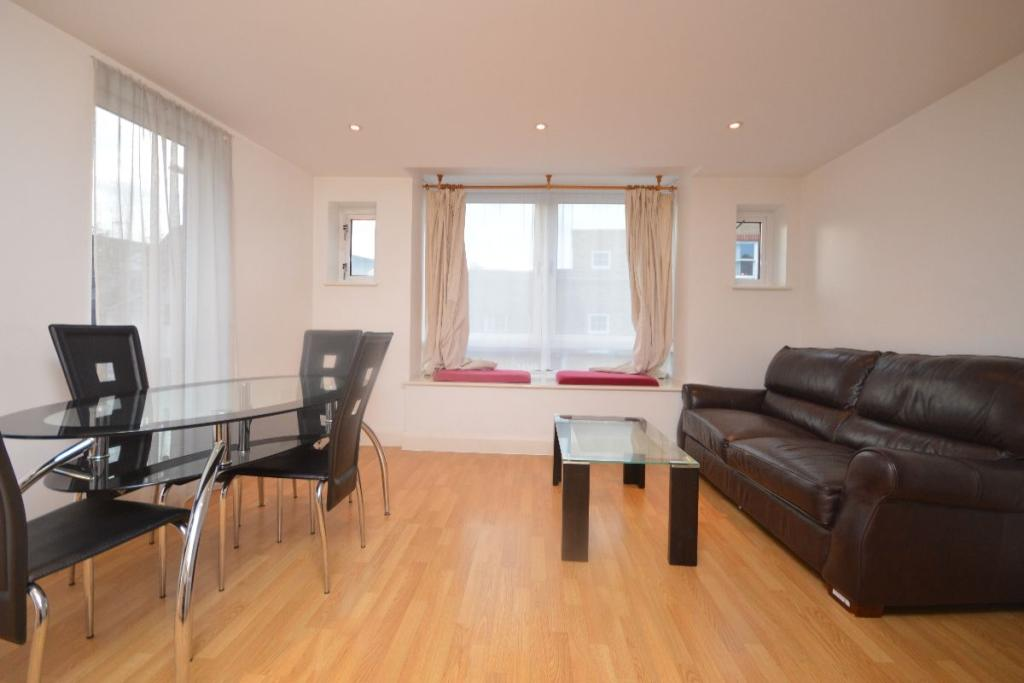 1 bedroom flat to rent in clarendon house cowleaze road