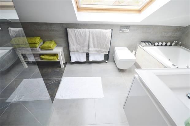 2nd Floor Bath/Shower En Suite