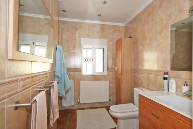 FULLY FITTED & TILED