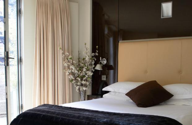 Deluxe_Suite_Bedroom