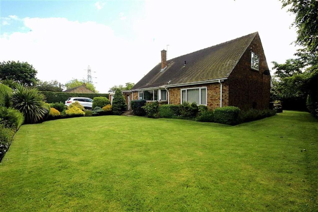 4 bedroom detached bungalow for sale South View Road, East Bierley, West Yorkshire (1)