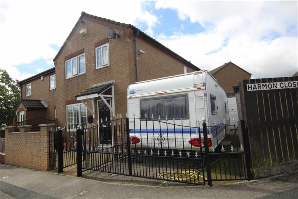 3 bedroom semi-detached house  Harmon Close, Bierley