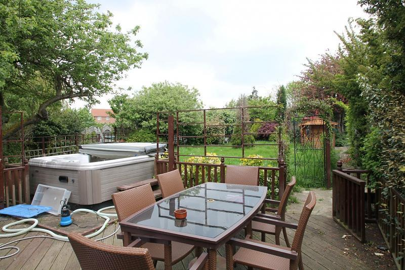 Garden with hot tub to remain