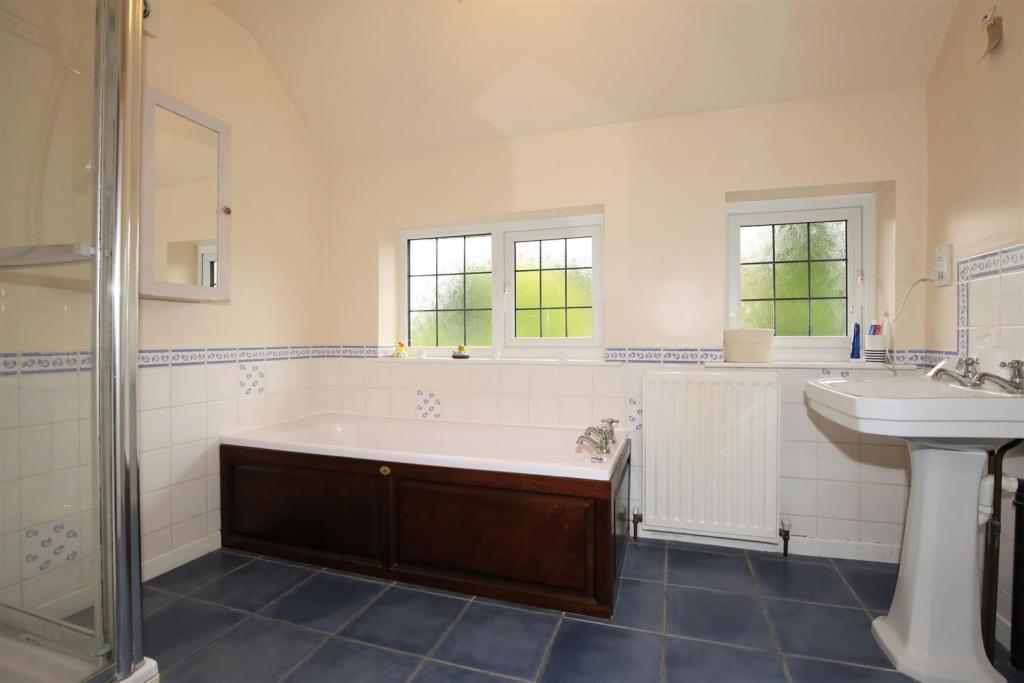 GOOD-SIZED BATHROOM