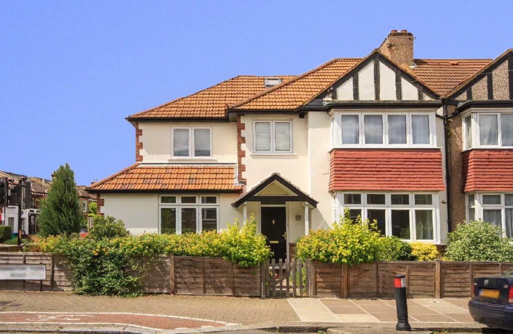 4 Bedroom House For Sale In Teddington Park Road