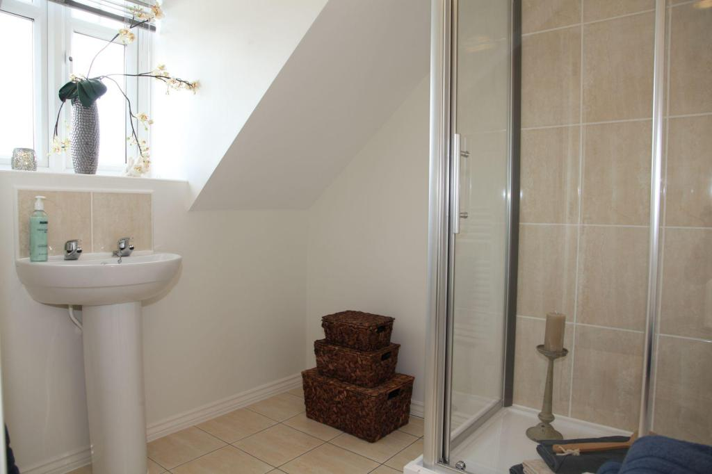 En suite to the master bedroom
