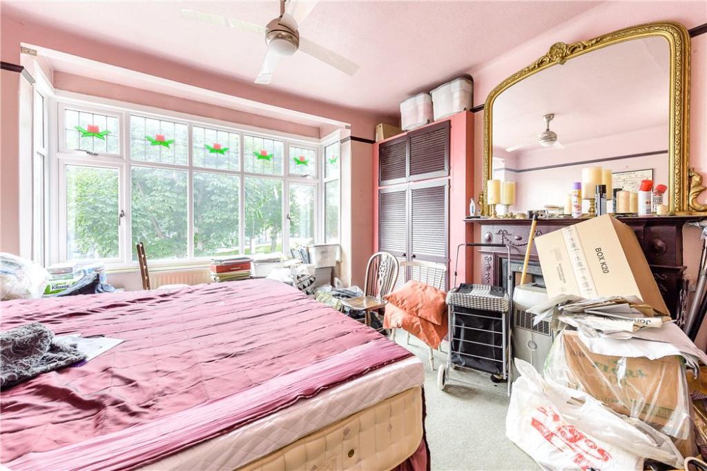 Holloway: Bedroom