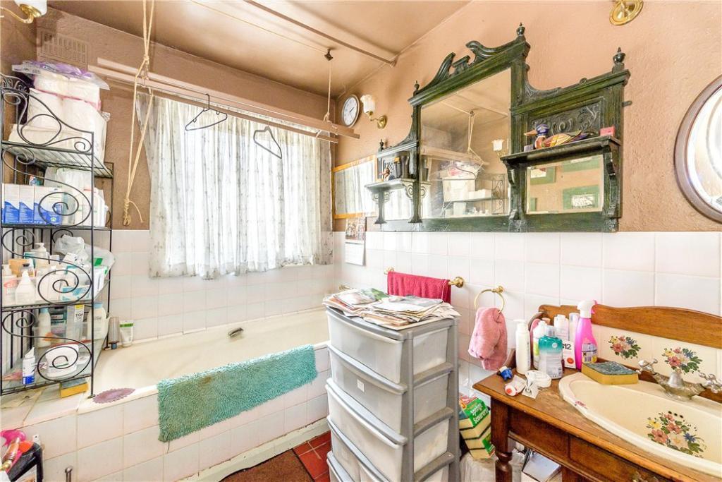 Holloway: Bathroom