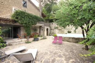 Stone House in Fontaine-De-Vaucluse...