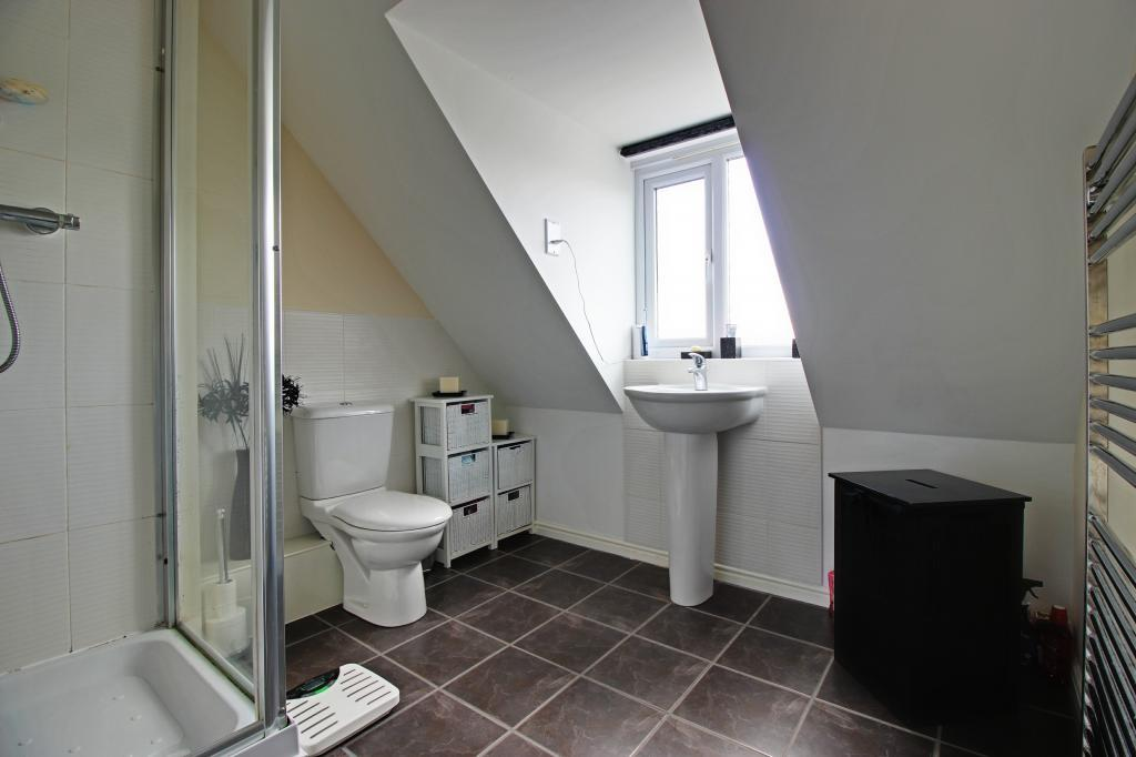 Bathroom (En-Suite to Master Bedroom)