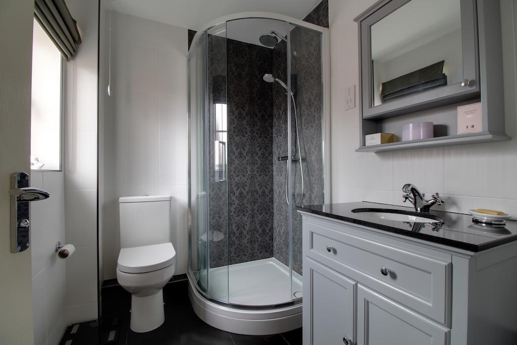Bathroom (Ensuite to Master Bedroom)