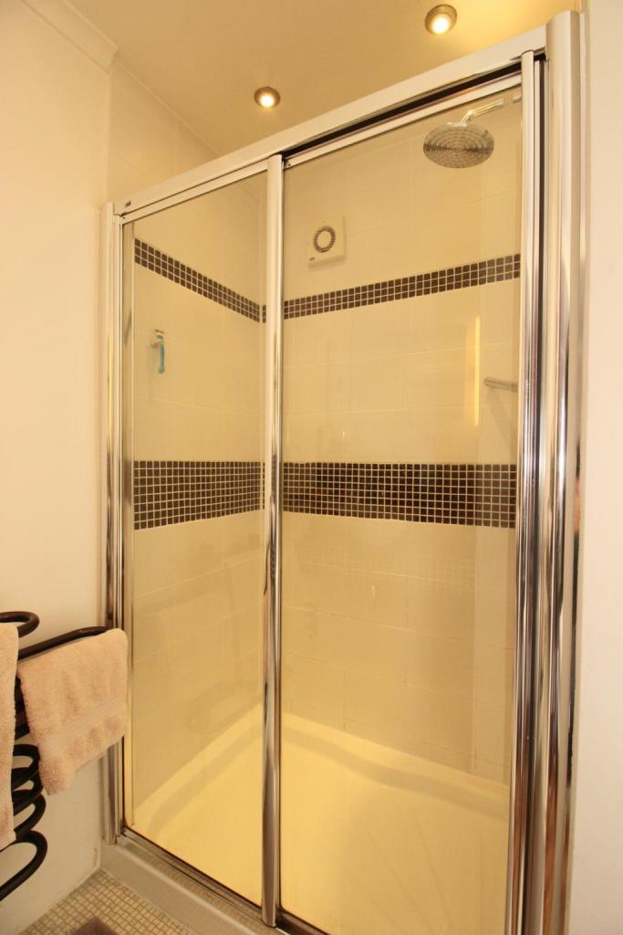 Bathroom (Shower room to bed 1)