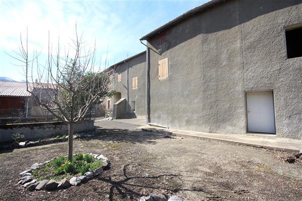 Courtyard/Cour