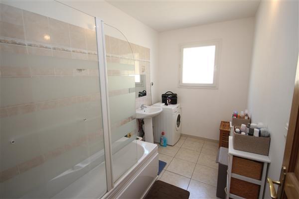 Bathroom/Salle de Bain 1