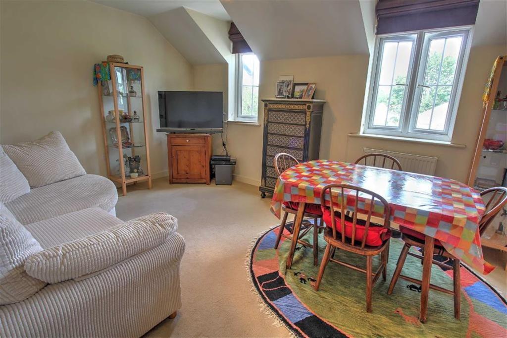 Living/Dining Room: