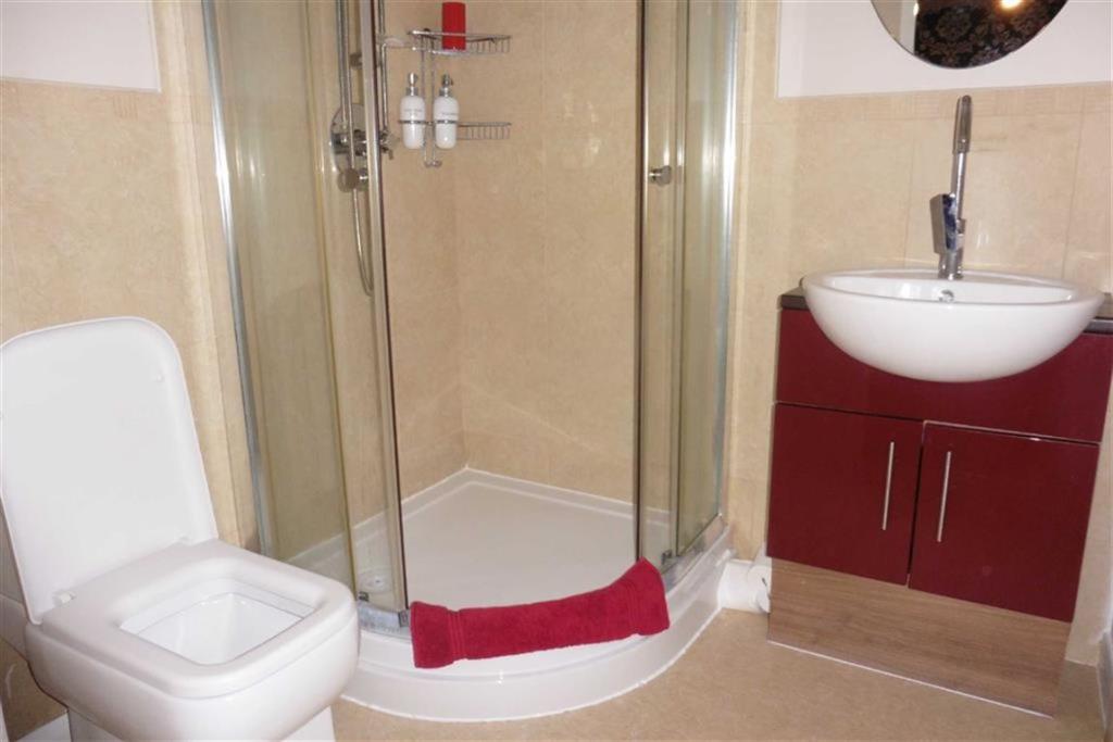 En-suite shower (fro