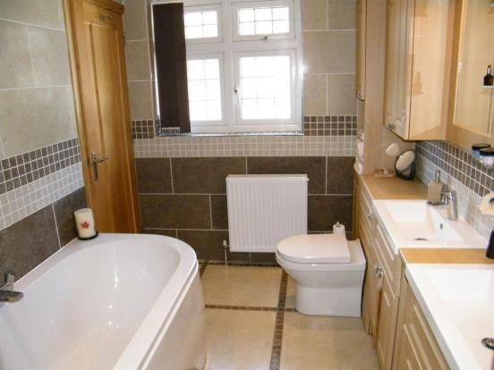 Ensuite Bathroom 1 x2